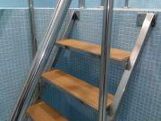 Лестница с поручнями из нержавеющей стали.