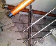 Перила из нержавеющей стали с деревянным поручнем.